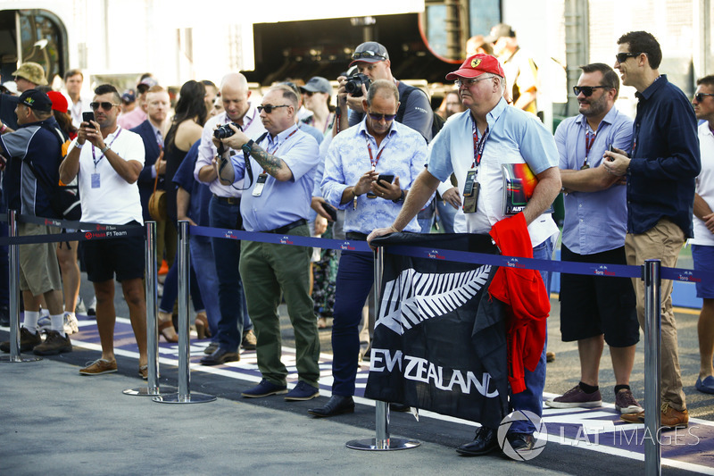 A fan of Brendon Hartley, Toro Rosso, with a flag in the pit lane