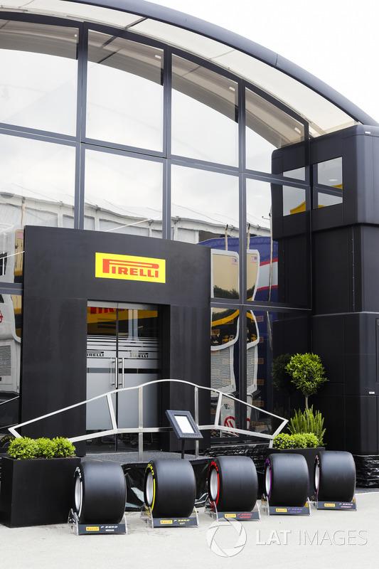 Neumáticos Pirelli en exhibición fuera de la autocaravana de la compañía