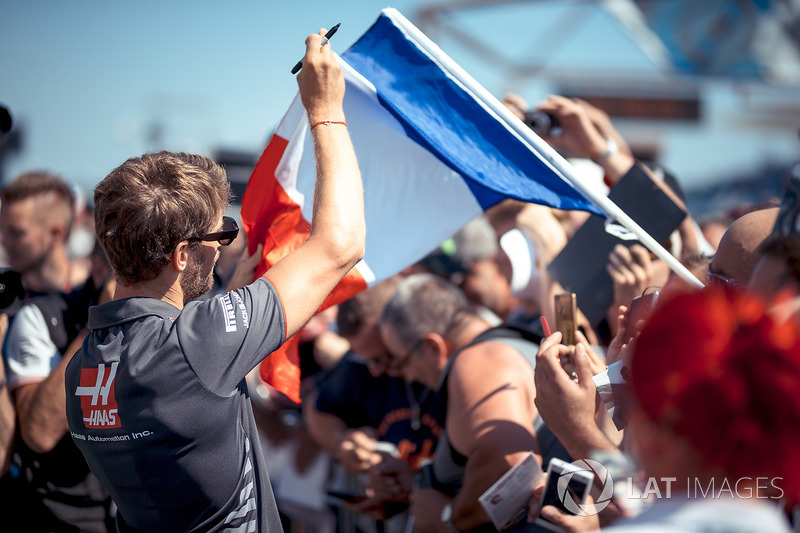 Romain Grosjean, Haas F1 signs autographs for the fans