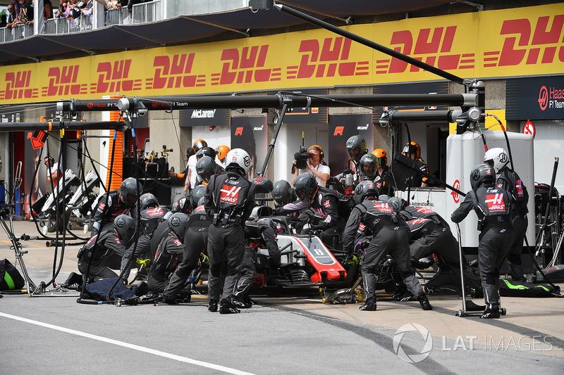 Romain Grosjean, Haas F1 Team VF-18, pit stop