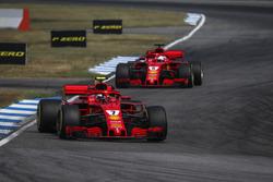 Kimi Raikkonen, Ferrari SF71H devant Sebastian Vettel, Ferrari SF71H
