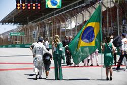 Felipe Massa, Williams, his son Filipinho walk past some Grid Girls