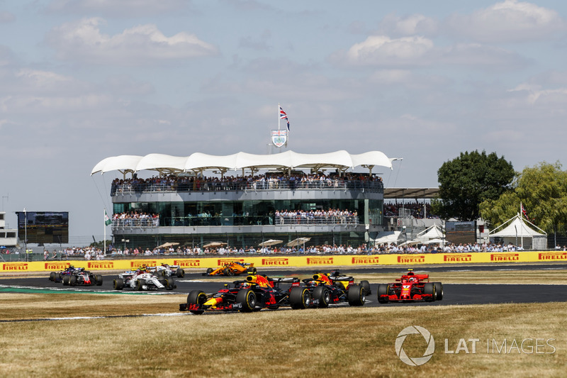 Max Verstappen, Red Bull Racing RB14, precede Daniel Ricciardo, Red Bull Racing RB14, e Kimi Raikkonen, Ferrari SF71H