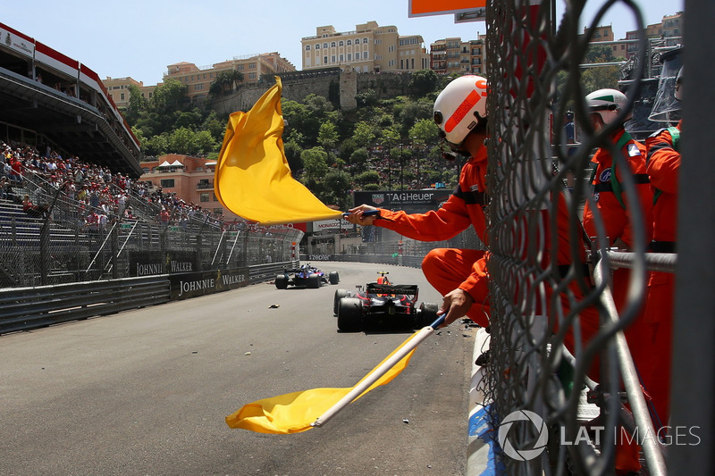 Waved yellow flags for the crash of Max Verstappen, Red Bull Racing RB14