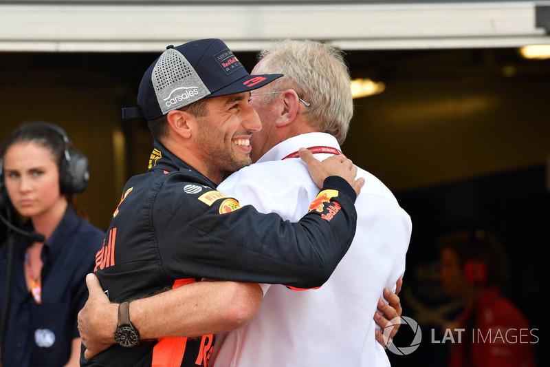 Le poleman Daniel Ricciardo, Red Bull Racing fête sa pole position dans le Parc Fermé avec le Dr Helmut Marko, consultant Red Bull Motorsport