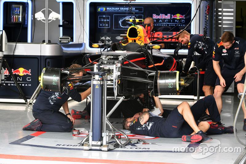 Red Bull Racing RB13 se trabaja encendido en el garaje