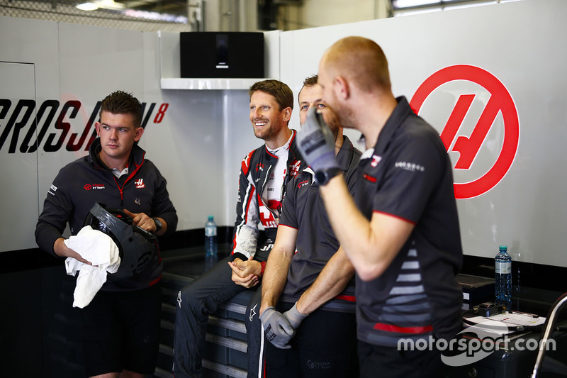 Romain Grosjean, Haas F1 Team, with his engineers