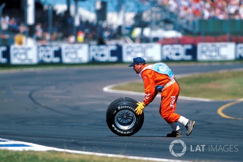 Het achterwiel van Hakkinen vliegt zelfs van de auto: