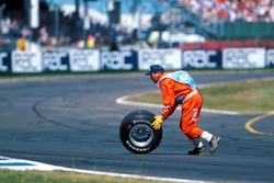 La roue de la monoplace de Michael Schumacher, Ferrari, après son accident