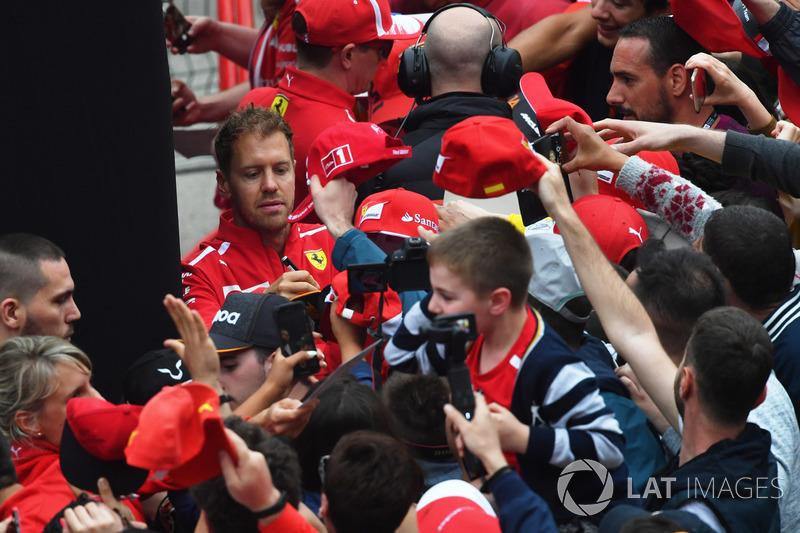 Sebastian Vettel, Ferrari menandatangani atribut penggemar