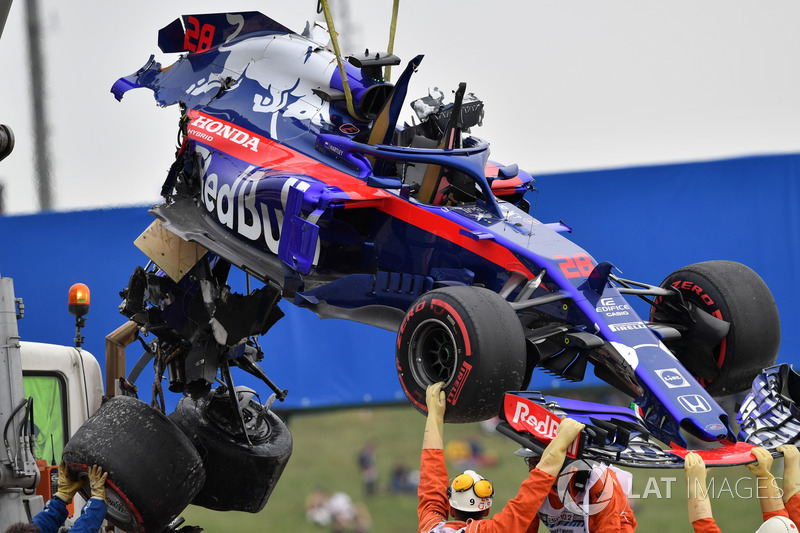 The crashed car of Brendon Hartley, Scuderia Toro Rosso is recovered in FP3