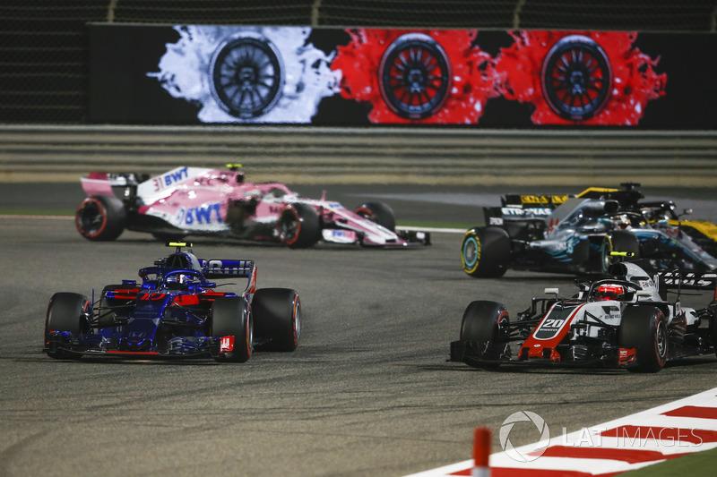 Pierre Gasly, Scuderia Toro Rosso STR13, Kevin Magnussen, Haas F1 Team VF-18