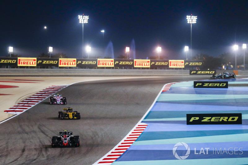 Kevin Magnussen, Haas F1 Team VF-18 Ferrari, Nico Hulkenberg, Renault Sport F1 Team R.S. 18, and Est