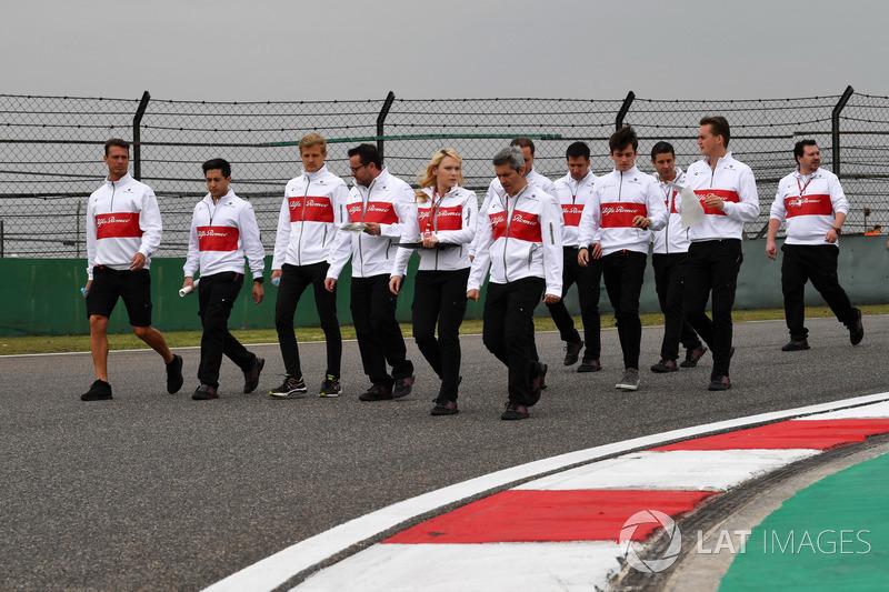 Маркус Ерікссон, Sauber, та Шарль Леклер, Sauber, прогулюються треком