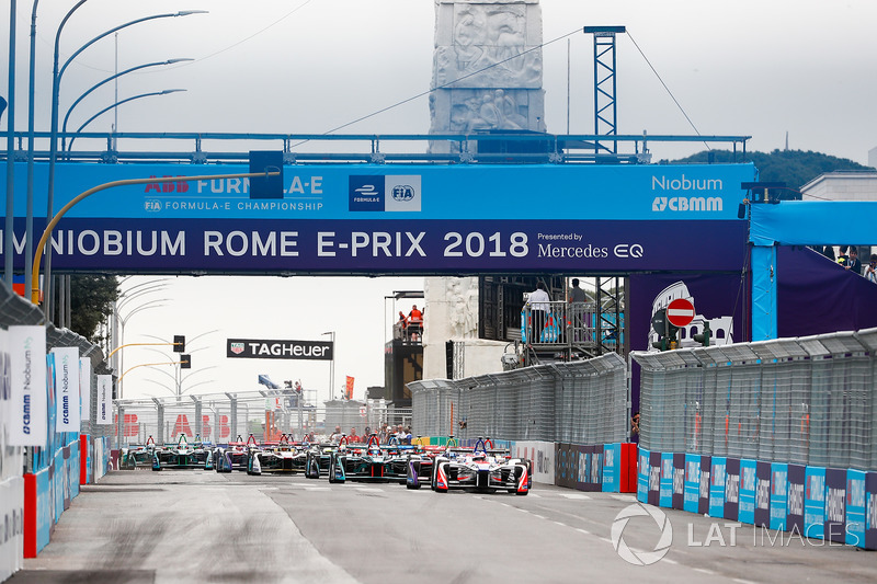 Felix Rosenqvist, Mahindra Racing, Sam Bird, DS Virgin Racing, Mitch Evans, Jaguar Racing, lead the ePrix