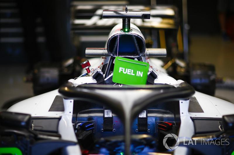El automóvil de Romain Grosjean, Haas F1 Team VF-18, en el garaje fuel in
