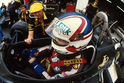Nigel Mansell, Lotus 95T y Steve Hallam, Lotus Engineer