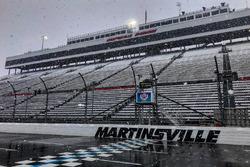 La neve cade sul Martinsville Speedway