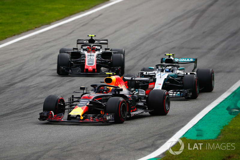 Max Verstappen, Red Bull Racing RB14, Valtteri Bottas, Mercedes AMG F1 W09, y Kevin Magnussen, Haas F1 Team VF-18
