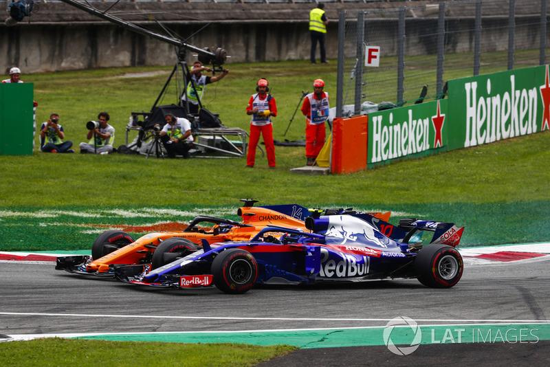 Fernando Alonso, McLaren MCL33, y Pierre Gasly, Toro Rosso STR13, rueda a rueda