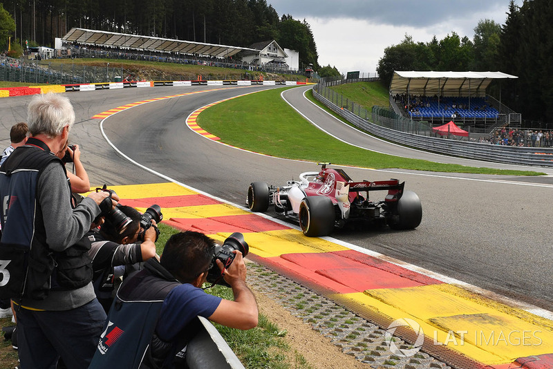 Charles Leclerc, Sauber C37 and photographers