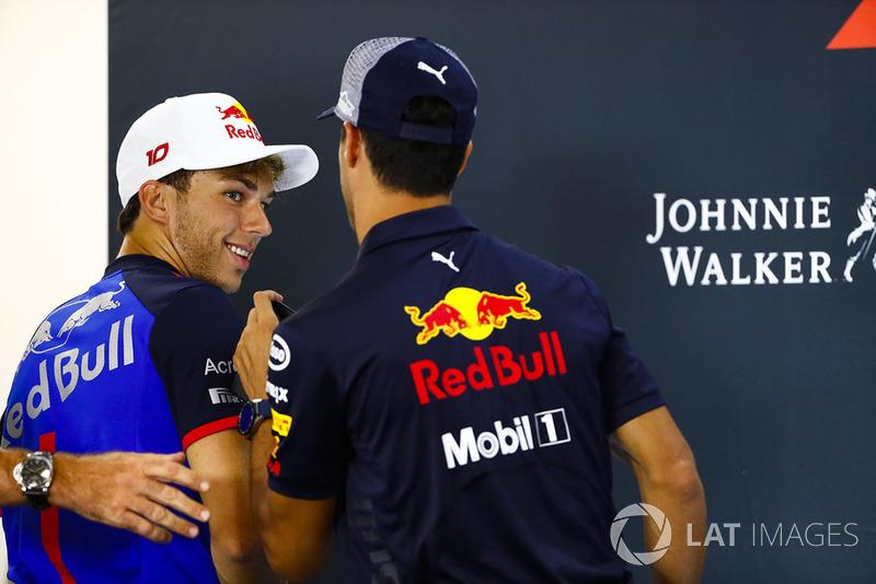 Pierre Gasly, Toro Rosso, y Daniel Ricciardo, Red Bull Racing