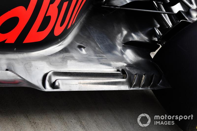 Red Bull Racing RB14, padlólemez, részlet