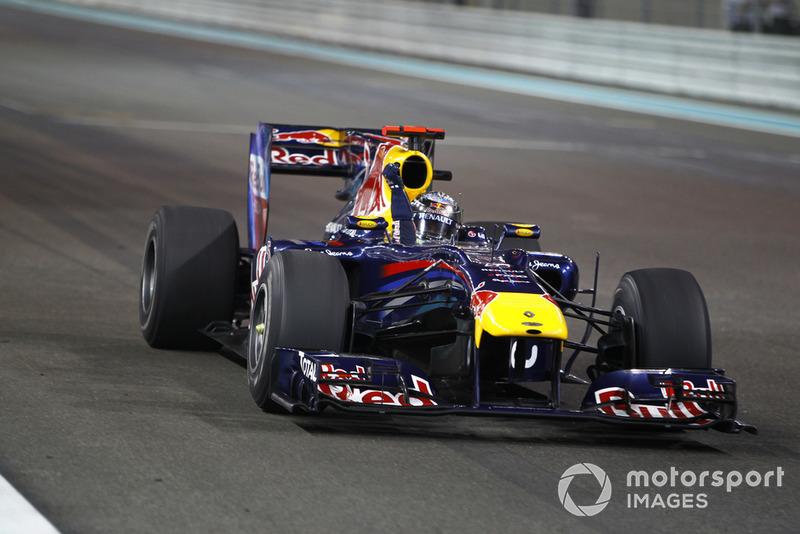 Ну а Феттель легко довел Гран При до победы и выиграл чемпионат – причем первое место в общем зачете он занял впервые за год