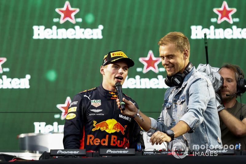 Max Verstappen, Red Bull Racing, 1ª posición, con el DJ Armin van Buuren después de la ceremonia del podio