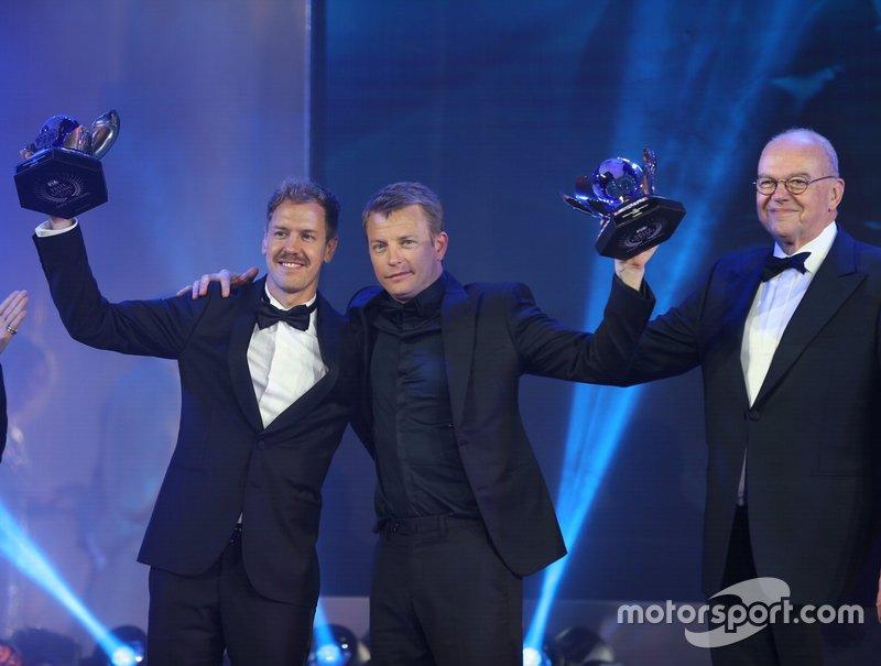 FIA Formula 1 World Championship: Sebastian Vettel e Kimi Räikkönen com seus troféus.