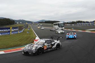 #88 Dempsey Proton Competition Porsche 911 RSR: Matteo Cairoli, S Hoshino, Giorgio Roda y el autobús safari en pista