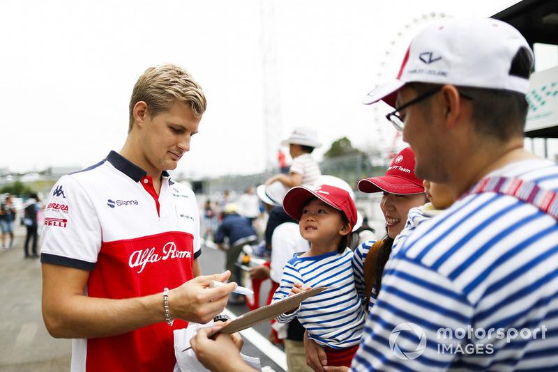 Marcus Ericsson, Sauber, signs an autograph