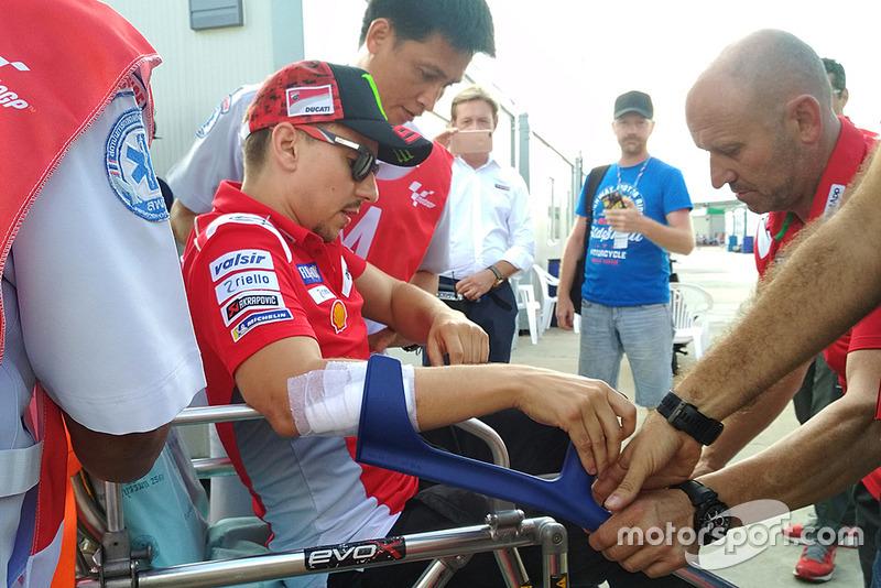 Хорхе Лоренсо, Ducati Team, доправляють до лікарні після аварії