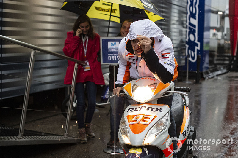 Marc Márquez, Repsol Honda Team, bajo la lluvia en el paddock