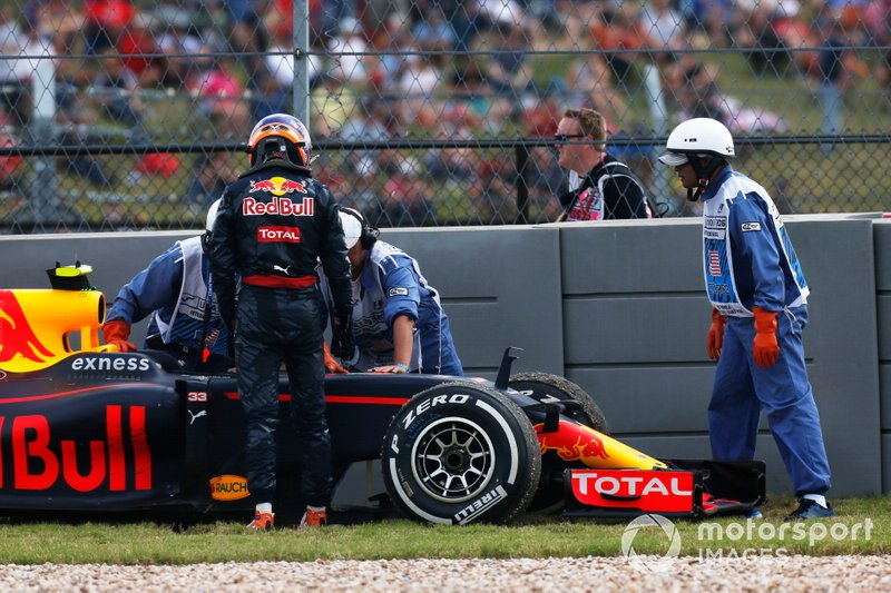 Max Verstappen, Red Bull Racing RB12, sale de su coche
