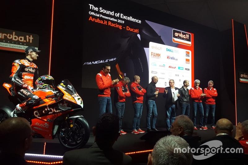 Chaz Davies, Aruba.it Racing-Ducati SBK Team, sul palco con il team