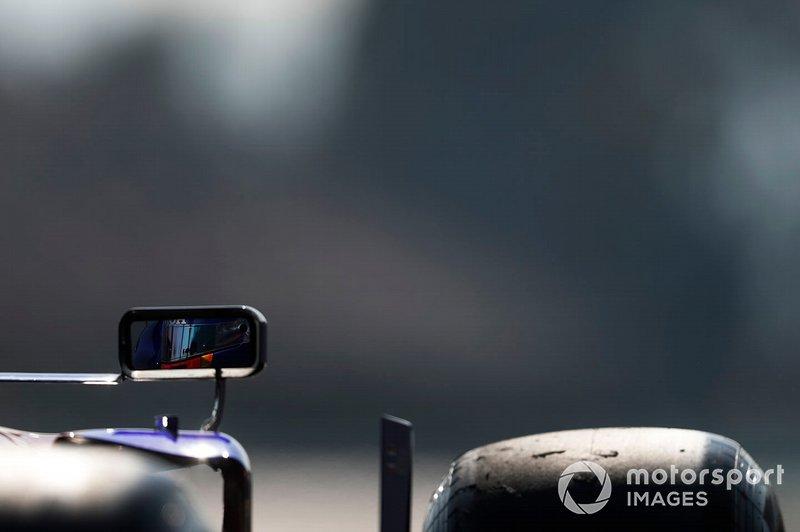 Alex Albon, Scuderia Toro Rosso STR14 mirror reflection