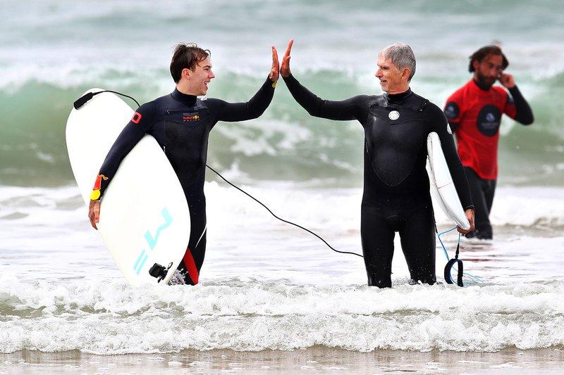 Pierre Gasly, Red Bull Racing, va a fare surf con Damon Hill