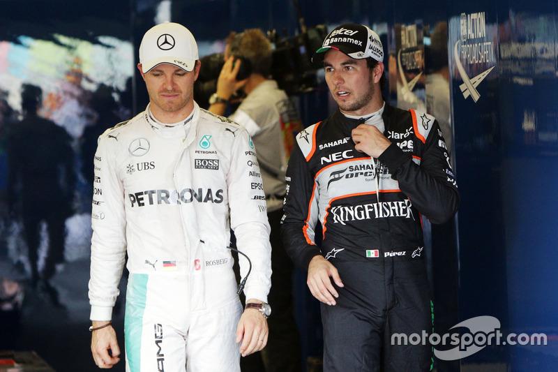 (Da Sx a Dx): Nico Rosberg, Mercedes AMG F1 con Sergio Perez, Sahara Force India F1 nel parco chiuso
