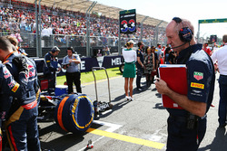 Adrian Newey, Red Bull Racing Chief Technical Officer look at the Scuderia Toro Rosso STR11 of Max Verstappen, Scuderia Toro Rosso on the grid