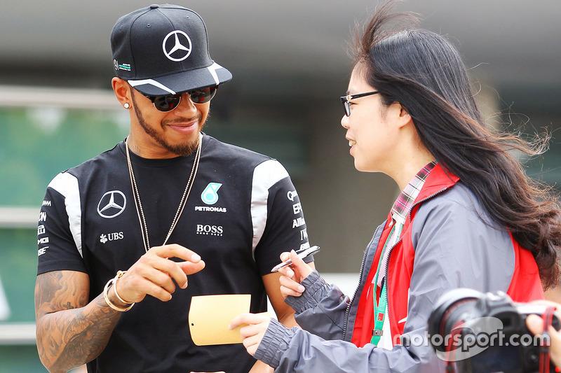 Lewis Hamilton, Mercedes AMG F1 Team signeert handtekeningen voor de fans