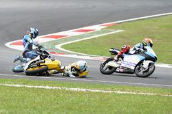Sturz: Juanfran Guevara, RBA Racing Team; Andrea Migno, Sky Racing Team VR46