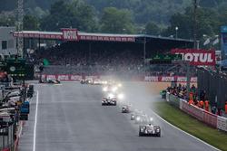 After 50 minutes, the actual start: #2 Porsche Team Porsche 919 Hybrid: Romain Dumas, Neel Jani, Marc Lieb leads the field