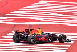 Max Verstappen, Red Bull Racing RB13, con la suspensión rota