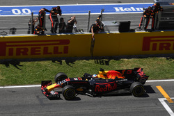 Daniel Ricciardo, Red Bull Racing RB13 crosses the line