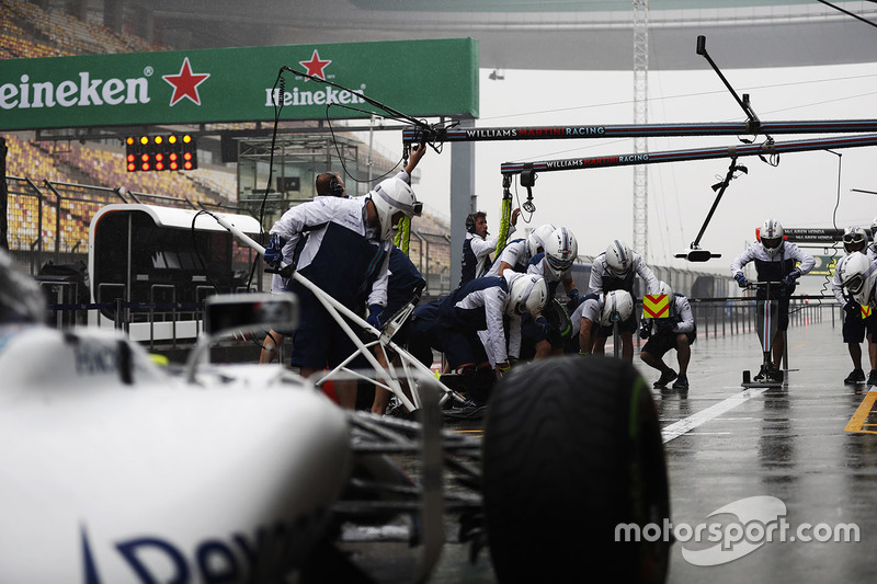 The Williams team makes a practice pit stop