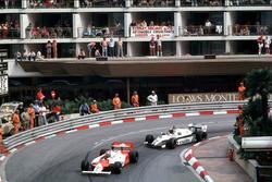 John Watson, McLaren MP4/1B-Ford Cosworth devant Derek Daly,  Williams FW08 Ford