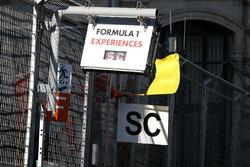 Gele vlag en bord Safety Car