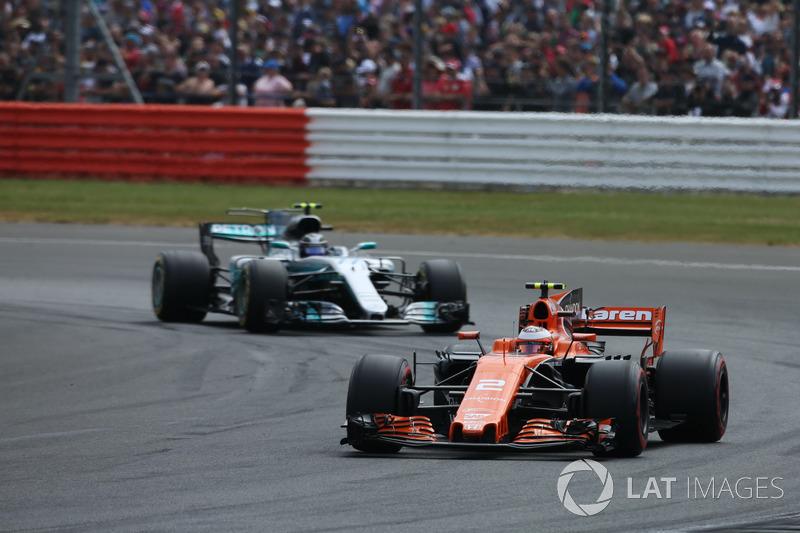 Стоффель Вандорн, McLaren MCL32, Валттері Боттас, Mercedes AMG F1 W08