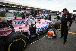 Dr. Vijay Mallya, dueño de Sahara Force India Formula One Team en el coche de Esteban Ocon, Sahara Force India VJM10